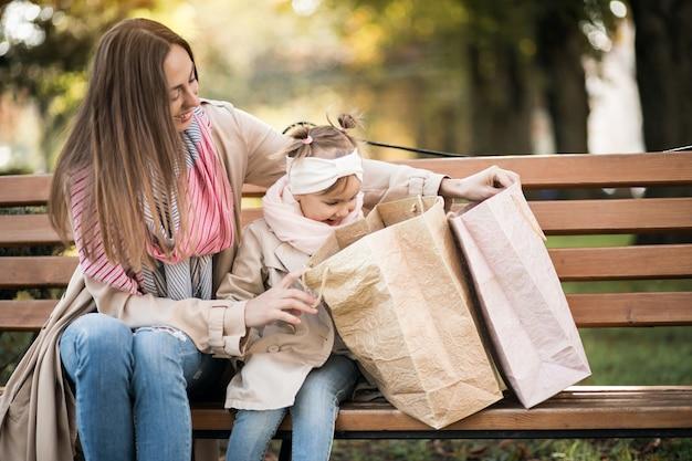 母と娘の買い物 無料写真