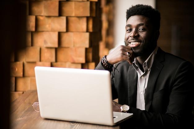 アフリカ系アメリカ人のビジネスマン 無料写真