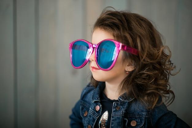 Маленькая девочка в больших солнцезащитных очках Бесплатные Фотографии