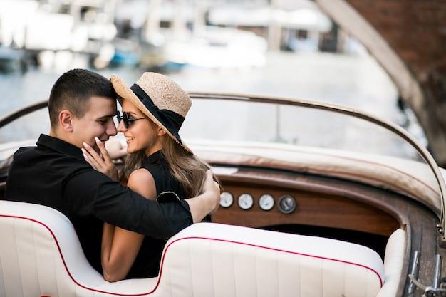 ゴンドラに座っているヴェネツィアのカップル 無料写真