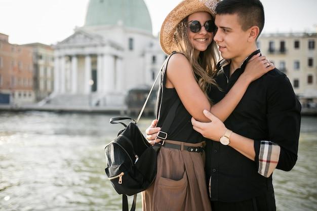 ヴェネツィアの新婚旅行のカップル 無料写真