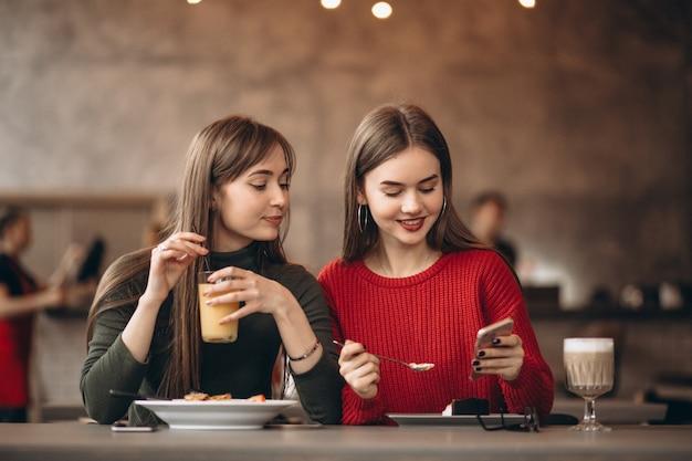 Сидим в кафе картинки один