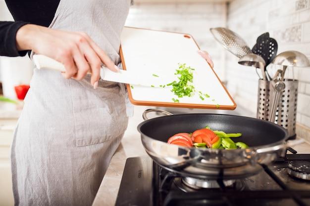 美しい料理を作る若い女性 無料写真