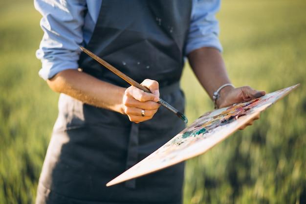 フィールドに油絵具を塗った女性画家 無料写真