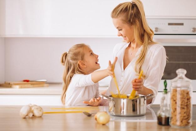 母と娘の調理パスタ 無料写真