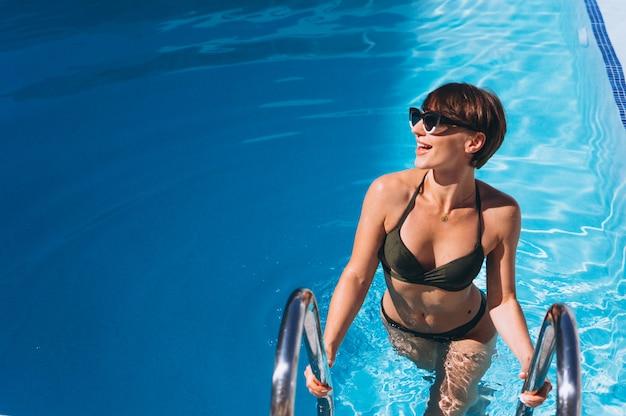 プールから出てくるビキニの女性 無料写真