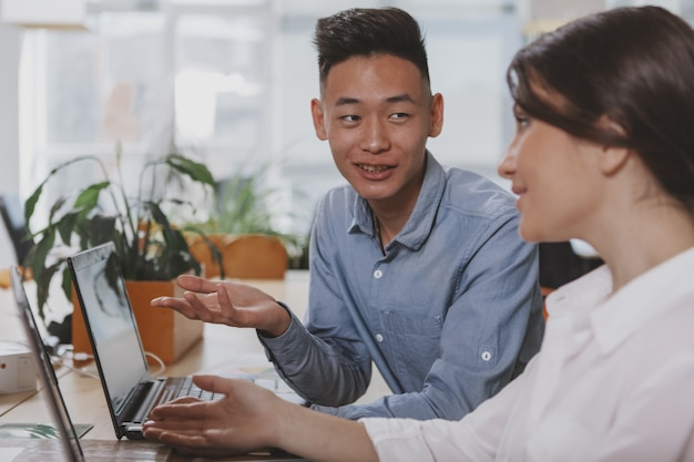オフィスで一緒に働くビジネスマン Premium写真