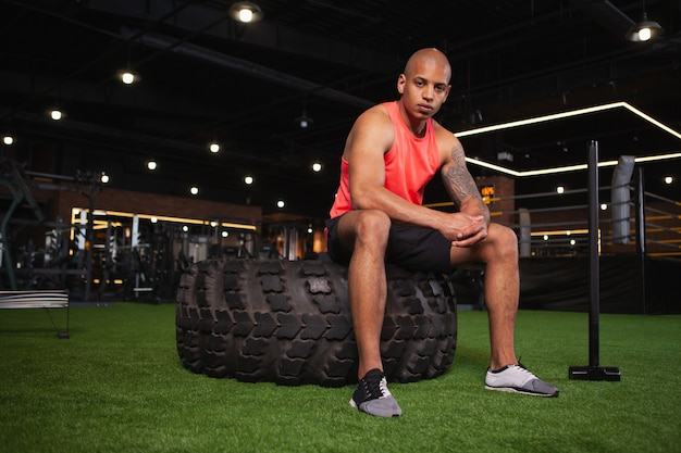 ジムでワークアウトハンサムな男性アフリカ選手 Premium写真