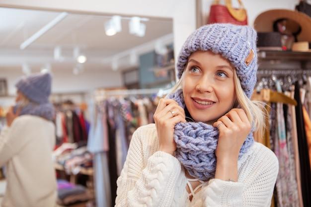 衣料品店で買い物を楽しんで幸せな美人 Premium写真