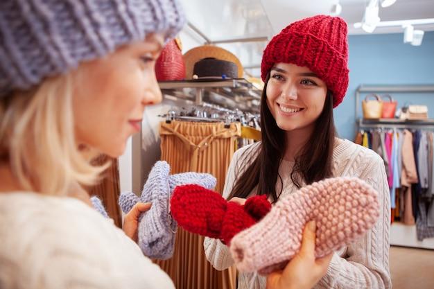 衣料品店で一緒に買い物に女性の友人 Premium写真