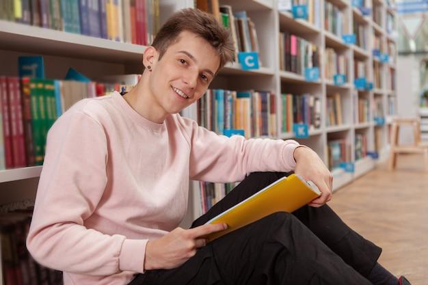 図書館や書店で若い男 Premium写真