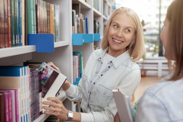 図書館で一緒に大学の友人 Premium写真