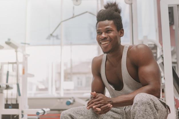 ジムで運動するアフリカのスポーツマン Premium写真