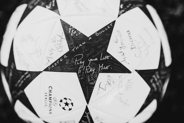 フットボールの星と文章 'あなたの人生を再生する、私は私の遊ぶ'、 '弾丸より速く' 無料写真