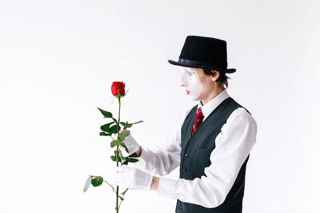 赤いバラを見て、驚いた Premium写真