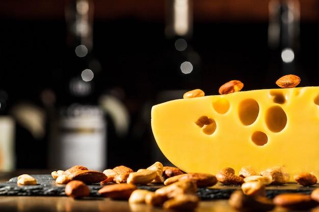 スイスチーズの部分にアーモンドとピーナッツがあります 無料写真
