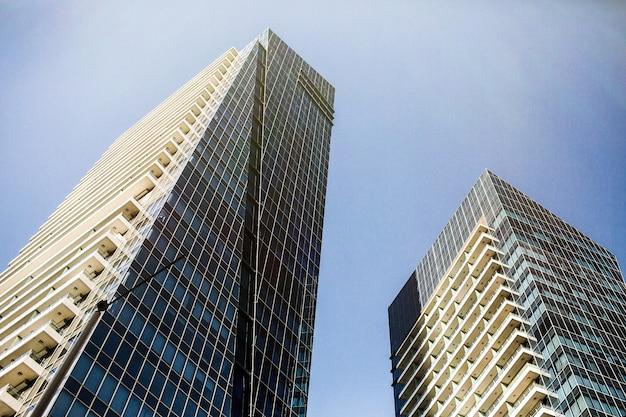 豪華なドバイの未来的な建物を下から見下ろす 無料写真