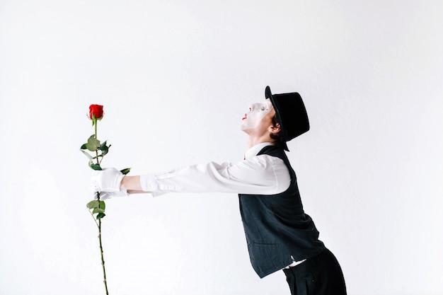 マミーは赤いバラで手を伸ばします Premium写真