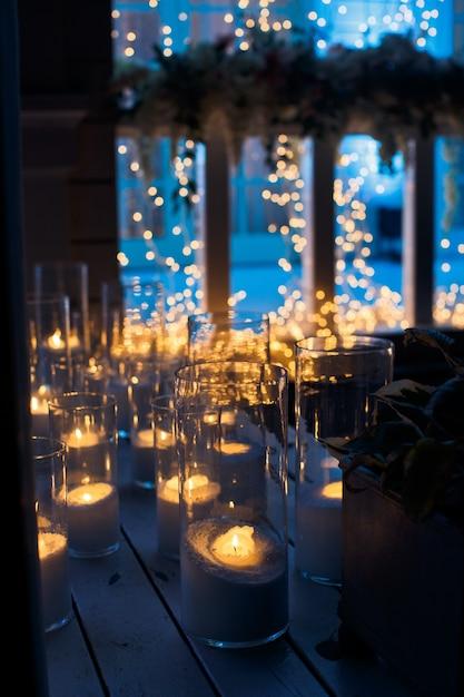 キャンドルは、暗闇の中の木の床に輝きます 無料写真