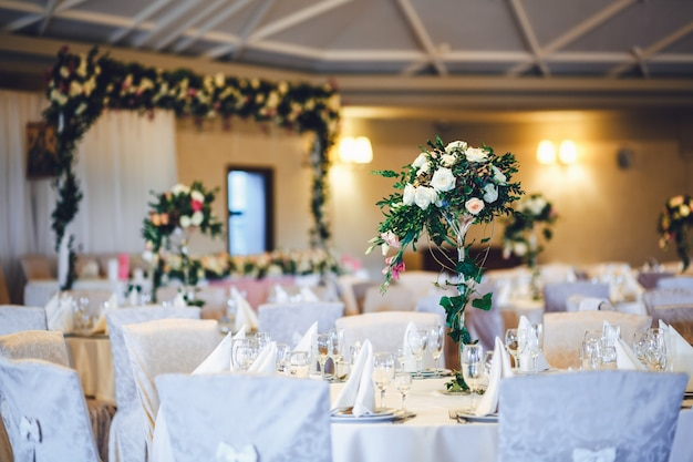 「花と葉のテーブルの束」 無料写真