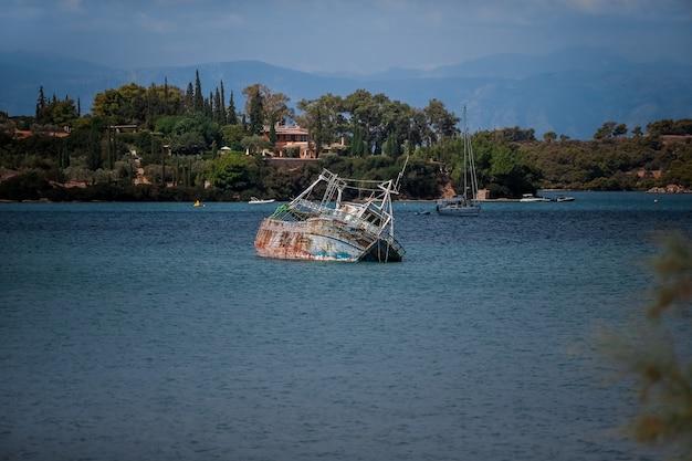 Старая лодка смотрит из-под воды Бесплатные Фотографии