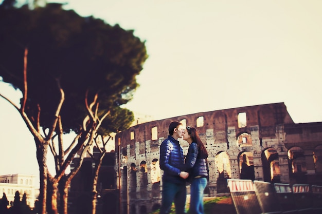 男はコロッセオの前に鼻で女性にキスする 無料写真
