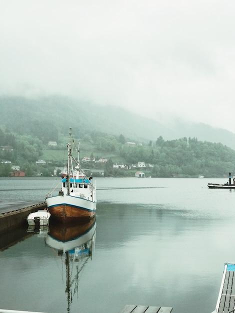 霧で覆われたピアスに孤独な船が立つ 無料写真