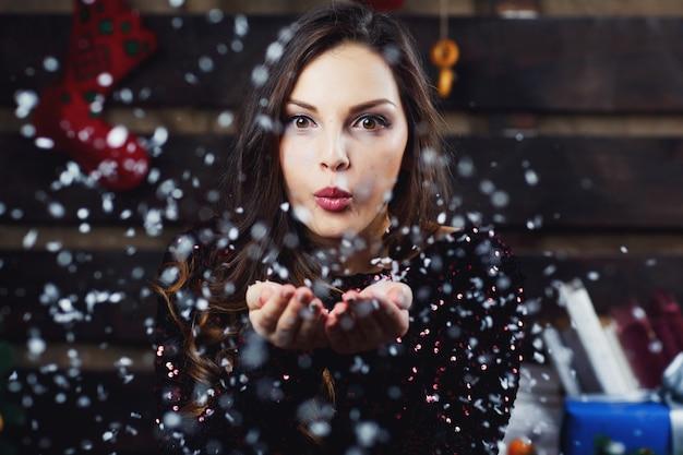 かわいい女の子が、クリスマス休暇の準備ができている部屋に立っている、 無料写真