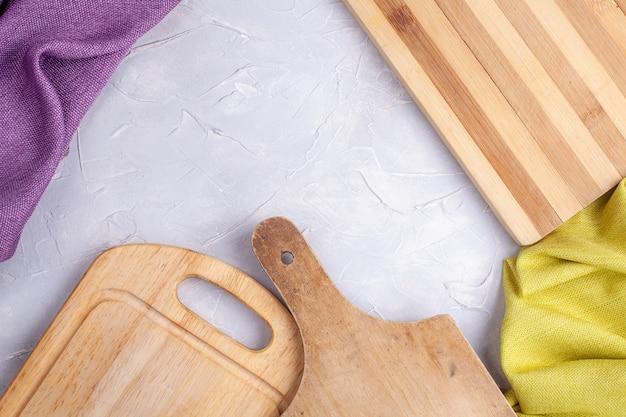 Каркас из древесных плит и ткани на сером бетоне Premium Фотографии