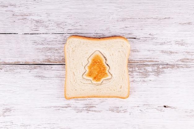 モミの木、クリスマスフードのような形のトーストカットトーストパンのスライス Premium写真