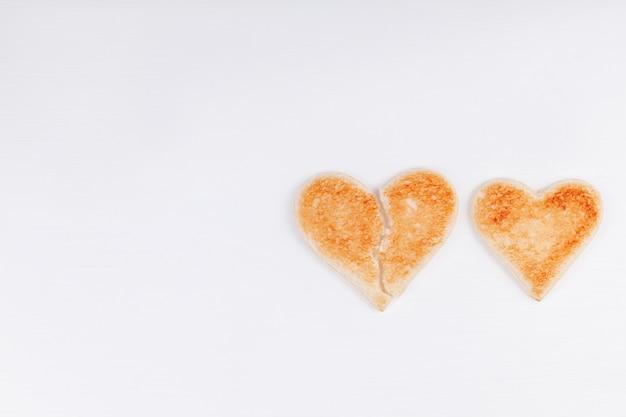 白い背景の上に一緒に心をこめてパントースト失恋 Premium写真