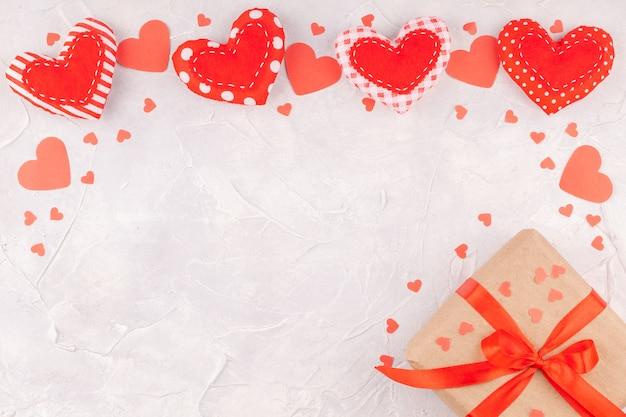 手作りのテキスタイルと紙吹雪の心からフレームとバレンタインデーの背景 Premium写真