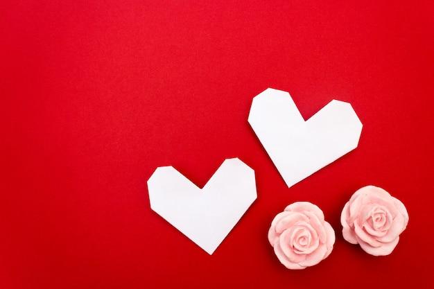 Сердце оригами, открытка влантина, это красный фон Premium Фотографии