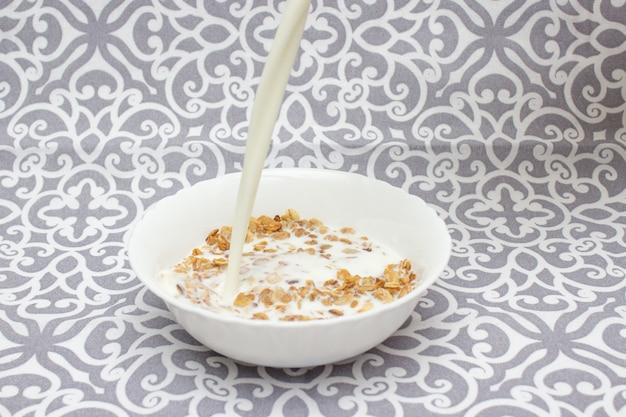 グラノーラ、オートミール、朝食。 Premium写真