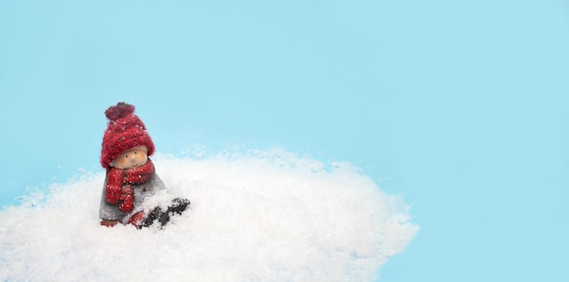 クリスマスのエルフグッズは雪の中に座って、ウェブサイトのヘッダーのバナー Premium写真