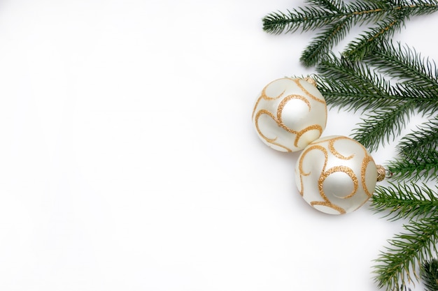 クリスマスツリーとボール、クリスマスツリーのおもちゃの小枝とクリスマス Premium写真