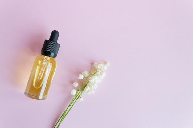 スポイト付きのガラス瓶に入った化粧品のエッセンシャルオイル。 Premium写真