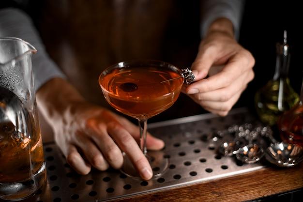 オリーブの中でアルコールカクテル Premium写真