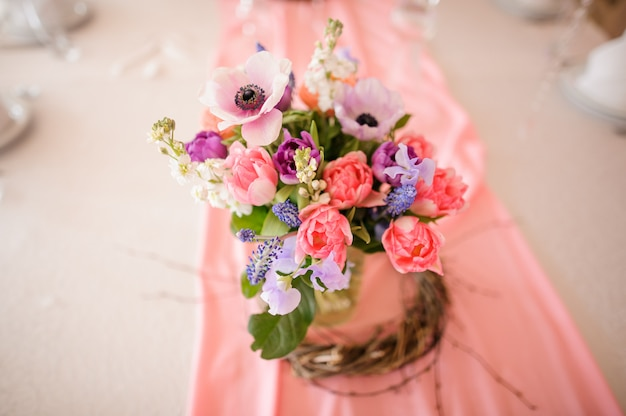 美しい花と花瓶で作られたテーブルデコレーション Premium写真