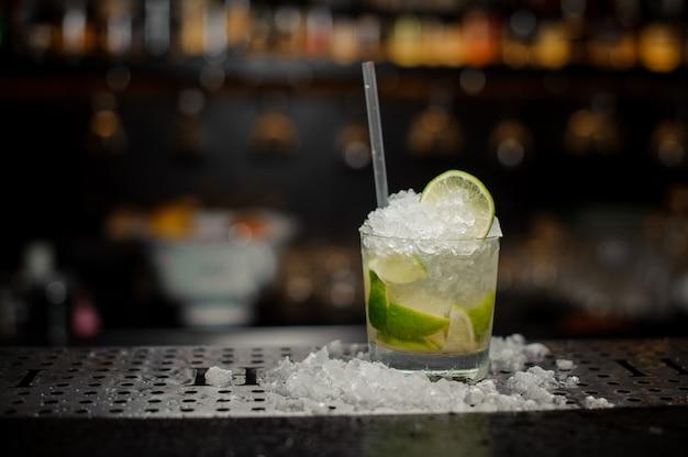 新鮮でクールなカイピリーニャカクテルで満たされたカクテルグラス Premium写真