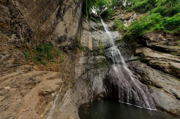 グルジア山脈の小さな滝のショット Premium写真