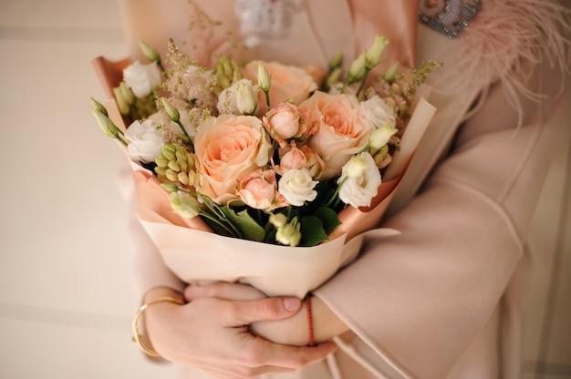 桃のラッピングでバラの豊かな花束 Premium写真