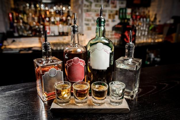 ボトルとグラスバーのアルコール飲料 Premium写真