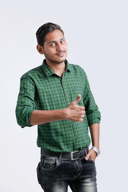 親指を現して若いインドの大学生。 Premium写真