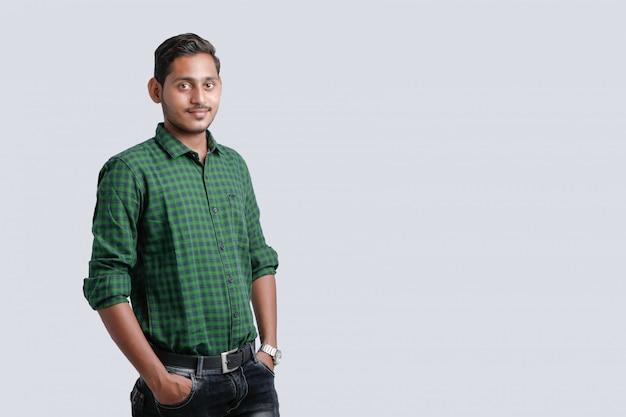 Молодой индийский мужчина мульти выражение Premium Фотографии