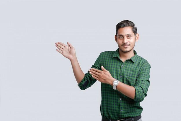 方向を示す若いインドの大学生 Premium写真
