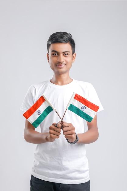 若いインドの大学生がインドの旗でポーズします。 Premium写真