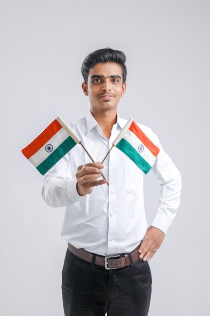 Молодой индийский студент с индийским флагом. Premium Фотографии