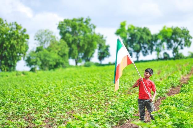 Милый маленький мальчик с индийским национальным триколором Premium Фотографии
