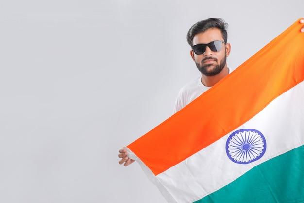 Молодой индийский мужчина с индийским флагом Premium Фотографии